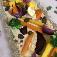 Pisana jesenska pita s hummusom in pečeno zelenjavo