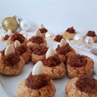 Proseni piškotki s kokosom in marmelado iz suhega sadja