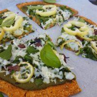 Pica s testom sladkega krompirja z zeleno omako in kozjim sirom