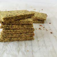 Hrustljavi proseni krekerji z bučnimi semeni