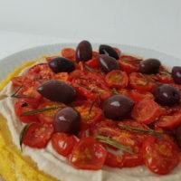 Polenta z belim fižolom in pečenimi češnjevimi paradižniki