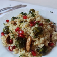 Kvinoja z brstičnim ohrovtom, pekan orehi in granatnim jabolkom