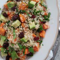 Kvinoja s pečenim sladkim krompirjem, avokadom, špinačo in suhimi brusnicami