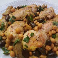 Limonin piščanec z artičokami, čičeriko in olivami