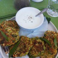 Brokolijevi polpetki s čemažem in jogurt s svežim hrenom