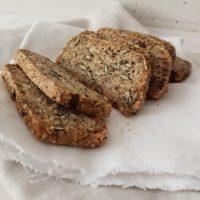 Odličen kruh iz kosmičev, semen, mandljev in čičirikine moke