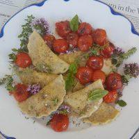 Brezglutenski ravioli z mandljevo skuto in pečenimi češnjevimi paradižniki