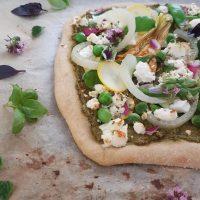 Kamutova pica z bazilikinim pestom brez oreškov, poletno zelenjavo in feta sirom