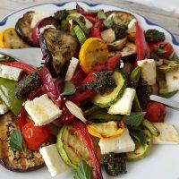 Poletna zelenjava z žara z metinim pestom in pečenim mladim sirom