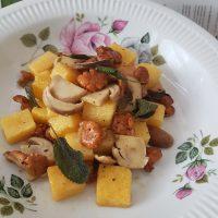 Polenta njoki v masleni omaki z lisičkami in jurčki