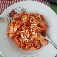 Rezanci v omaki iz pečene paprike