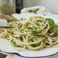 Špageti z brokolijevim pestom na vmešani ricotti