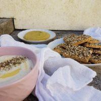 Čičerikini krekerji s sezamom in zelišči