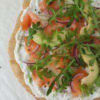Pica z zeliščno skuto in dimljenim lososom