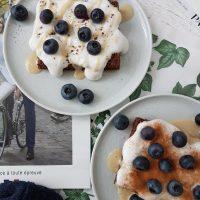 Popečeni kruhki s kokosovim jogurtom, mandljevim maslom in ameriškimi borovnicami