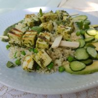 V zeliščnem pestu mariniran sir za žar na kvinojini posteljici z grahom in kumaričino avokadovo solatko