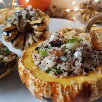 Pečena buča s kvinojinim nadevom z brusnicami, jabolki, hrustljavimi bučnicami in feto