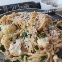Veganski parmezan iz brazilskih oreščkov (in brezglutenski špageti z oljčnim oljem, pečeno cvetačo in belim fižolom)