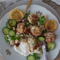 Piščančje kroglice na feti in limonin riž z olivami