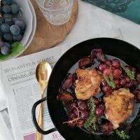 Hrustljavo zapečen piščanec  z medeno balzamično glazuro in temnim grozdjem