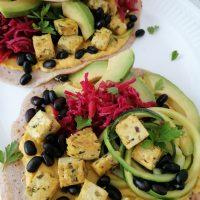 Veganski zvitki s hummusom, tofujem in fižolom ter z domačim fermentiranim zeljem