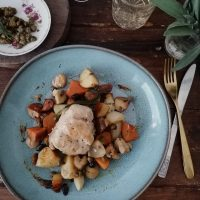 Zajec s krompirjem, šampinjoni in kostanjem, slanimi kaprami in sladkimi suhimi sadeži