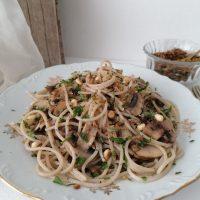 Špageti z maslenimi šampinjoni in zeliščnimi drobtinami s pinjolami