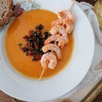 Kremna bučna juha s sladkim krompirjem in lečo z popečenimi olivami in suhimi paradižniki in nabodalom z gamberi