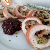 Puranja rulada z brusnicami, pistacijami, kostanjem in pršutom