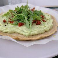 Pizza s cvetačno-avokadovo omako in suhimi paradižniki