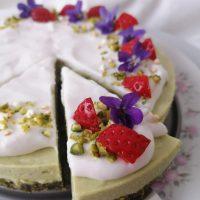 Avokadova tortica brez peke s kokosovo kremo