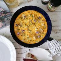 Krompirjeva fritata z artičokami, mlado čebulico in kozjim sirom